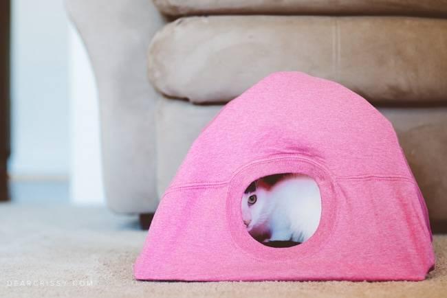 Дом из футболки для игры с кошкой